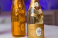 El champán Cristal Louis Roederer fue creado en el año 1876 para el emperador ruso Alejandro II. La marca rusa Kristal fue registrada en 1975 en la Unión Soviética.